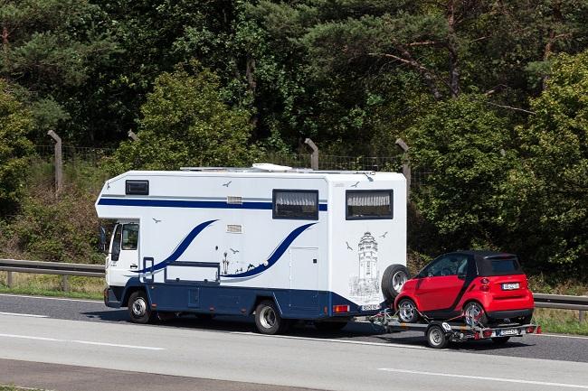 """""""¡Tu coche más la autocaravana, conduce tranquilo!"""""""