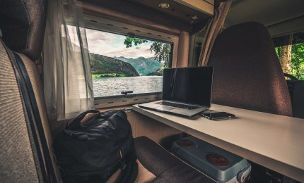 """Traveling by Motorhome? 6 Ideas to Travel and Make Money at Once"""